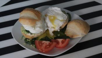 Булочка с яйцом пашот